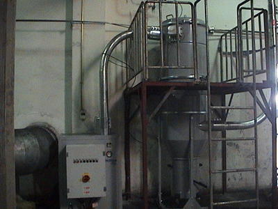 主机集料器内可设有料位传感器,当垃圾桶内装满废料时,真空集尘系统即